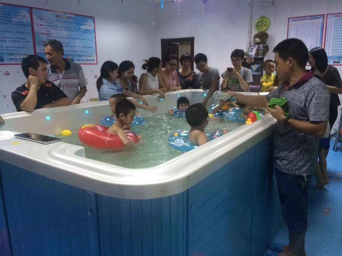 婴幼儿游泳馆以权威专家制定的中国《0-6岁婴幼儿游泳训练大纲》为指导,首创婴幼儿游泳9级标准,填补国内空白,助力孩子的人生长跑。9级标准、逐级训练,针对游泳循环性肌肉活动特点、脑向肌肉发放神经冲动的频率、接收神经冲动的肌纤维数量、类型、有氧训练、无氧训练、综合训练、游泳肌肉活动的功能特点等逐一研发相关课程,宝宝学习效果显着,家长认可,续课积极。使得客户粘合度较高,生源可持续。      有创业的想法是不错,但不能空想,一定要立足于行动。现在的婴幼儿游泳馆还是不错的,做的还是比较多的,开心岛婴幼儿游泳馆