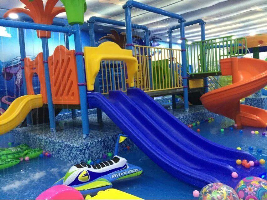 """开心岛儿童水上主题乐园汇集了一大批中外优秀设计师、游乐设备研发人员、儿童心理研究顾问、管理、婴童护理服务团队,为打入婴幼儿市场奠定了扎实的服务基础,总部拥有千名市场调研人员,他们精准市场、定位明确,具备超强实力的选址经验及""""室内儿童成长主题乐园""""的成功运营实战经验,为合作商选址及运营提供了专业、全面的保障。"""